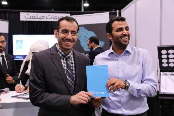 صورة مع الفائز بجائزة السحب