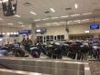 احتفاء متظاهرين بالسماح بدخول محجبة مطار دالاس تكساس