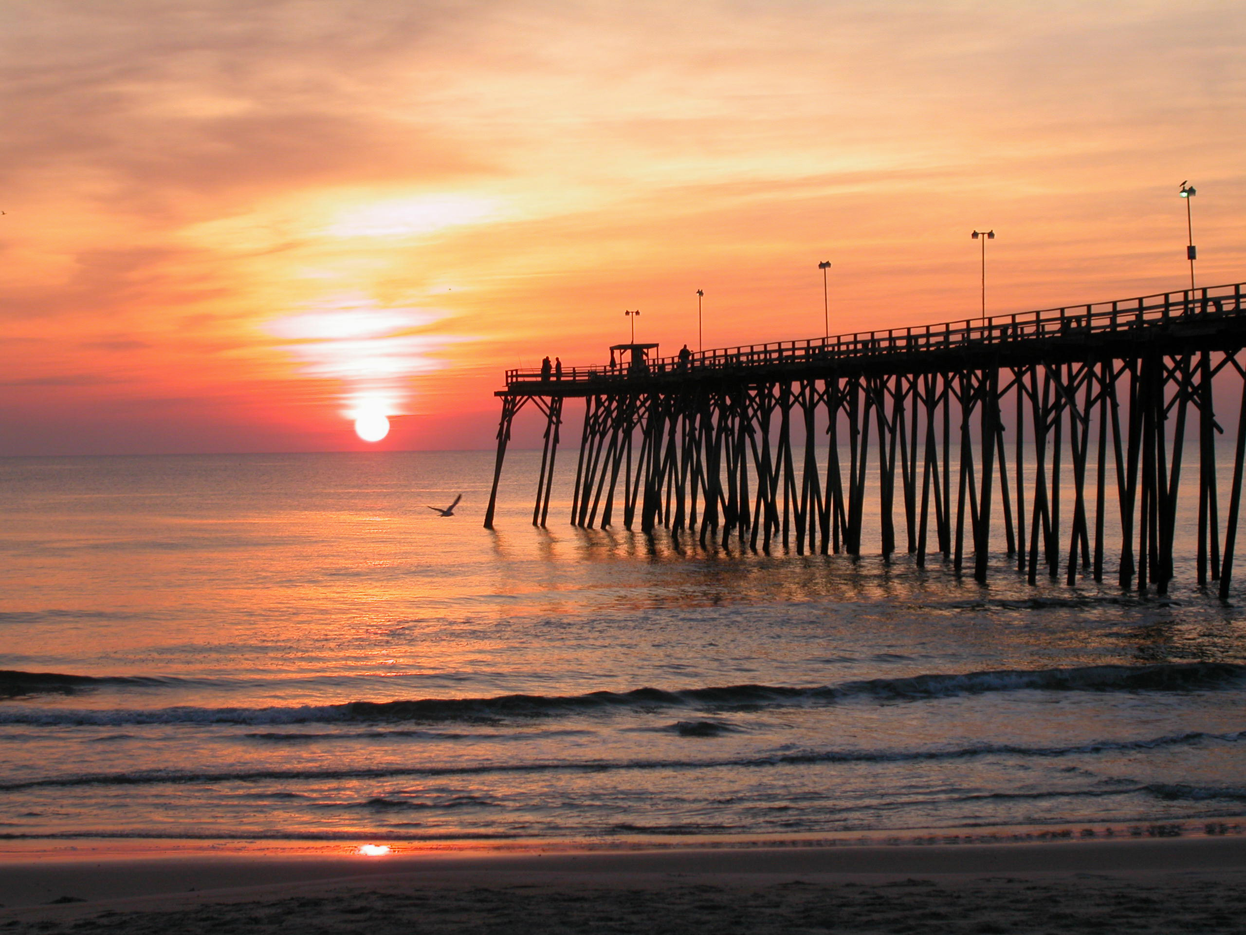 اضغط على الصورة لعرض أكبر  الاســـم:Kure-Beach-Fishing-Pier-at-Sunrise-Wilmington-NC_mr.jpg المشاهدات:274 الحجـــم:900.1 كيلوبايت الرقم:28491